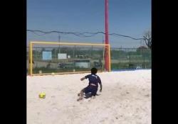 Beach soccer, la rovesciata con la «gobba» Come alzare la palla per una rovesciata? Con la schiena - Dalla Rete