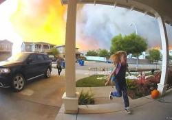 California: famiglia in panico fugge dalla casa circondata dalle fiamme I grossi incendi degli ultimi giorni in California hanno costretto più di 200.000 persone a lasciare le proprie case - CorriereTV