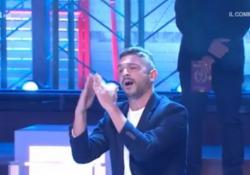 Canta nella lingua dei segni e conquista Amadeus (che lo invita a Sanremo 2020) Il conduttore de «I Soliti Ignoti» su Rai uno entusiasta del concorrente che interpreta un successo dei Maneskin - Corriere Tv