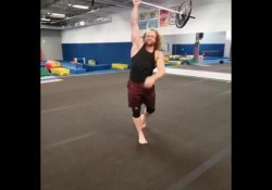Capriola con il bilanciere: le acrobazie in palestra di Jon Call Negli Stati Uniti Jon Call è una celebrità nell'ambito del fitness - Dalla Rete