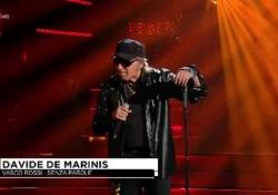 De Marinis imita Vasco e trionfa a «Tale e Quale Show»  Il cantante milanese ha vinto la quinta puntata con standing ovation del pubblico e apprezzamenti della giuria - Corriere Tv