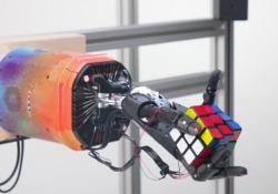 Ecco Dactyl, la mano-robot che risolve il cubo di Rubik in quattro minuti  Dactyl è una mano robotica sviluppata dall'organizzazione OpenAI, passo importante per macchine più agili per applicazioni industriali e di consumo - Corriere Tv