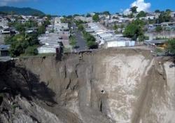 El Salvador: le forti piogge fanno aprire una voragine gigantesca A San Salvador centinaia di persone sono state costrette ad abbandonare le proprie abitazioni - CorriereTV