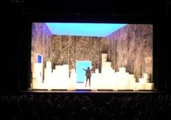 Elio porta in scena Il Grigio, di Gaber e Luporini Il debutto al Teatro Carcano di Milano - Corriere Tv