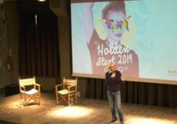 Holden Academy, l'intelligenza artificiale affianca gli allievi Al via un nuovo percorso di tre anni che punta ad «allenare» attraverso la scrittura le abilità mentali. E fino al 31 ottobre si tiene il festival della narrazione Holden Start  - Corriere Tv