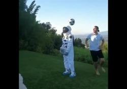 Ibrahimovic porta il suo talento sulla luna: ecco la prodezza con l'astronauta L'attaccante svedese ha mostrato un numero con una sagoma di un astronauta - Dalla Rete