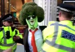 L'uomo-broccolo arrestato a Londra durante manifestazione per il clima Ad Oxford Street il variopinto corteo dell'associazione ambientalista «Extinction Rebellion» - Dalla Rete