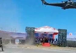La parata militare è un disastro: l'elicottero spazza via tutto In  Indonesia si stava celebrando il 74° anniversario delle Forze Armate - CorriereTV