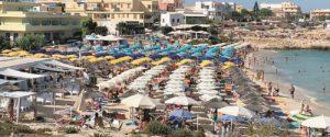 Lampedusa, rogo alla Guitgia: 30 ombrelloni in fiamme