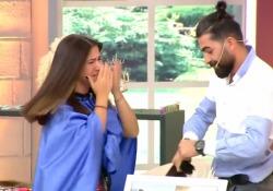 Le tagliano 30 cm di capelli: piange disperata e sviene in diretta tv Le immagini del reality show turco sono diventate virali - Corriere Tv