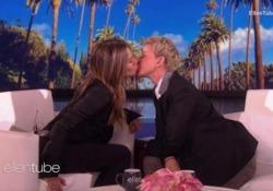 Mai stata baciata (da una donna): Jennifer Aniston bacia Ellen DeGeneres  L'attrice aveva confessato di non aver mai baciato una ragazza - CorriereTV