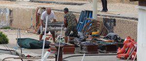 I cadaveri delle migranti sul molo a Lampedusa