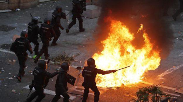 barcellona, proteste, Carles Puigdemont, Sicilia, Mondo