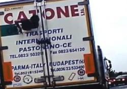 Rompe il portellone e cerca di uscire dal camion (italiano) in corsa Il filmato ripreso su una strada in Inghilterra - CorriereTV