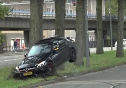 Vuole fare il gradasso con il bolide ma finisce contro un albero Il guidatore aveva preso parte ad un evento di auto sportive a Rotterdam - CorriereTV