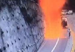 Automobilisti in fuga: il camion cisterna esplode in mezzo all'autostrada L'incidente vicino a Caraguatatuba, nello Stato di San Paolo, in Brasile - CorriereTV