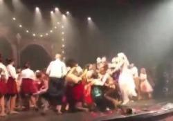Brasile: le ballerine saltano così forte che il palco sprofonda In cinque sono finite in ospedale - CorriereTV