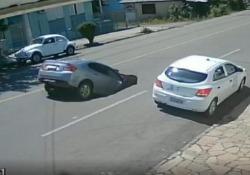 Cede l'asfalto e l'auto finisce dentro la buca È successo in Brasile. L'asfalto ha ceduto all'improvviso - CorriereTV