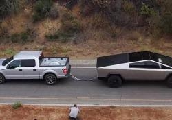 Chi ha più potenza? Il tiro alla fune tra il Tesla Cybertruck e la F-150 Nel primo «test» il pick-up elettrico di Elon Musk sfida quello della Ford - CorriereTV