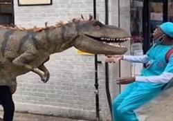 Chi non si spaventerebbe? Dietro l'angolo spunta un T-rex Il video dello scherzo girato a Londra è parecchio cliccato su Instagram - CorriereTV