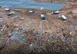 Cina: la più grande discarica è piena. Con 25 anni di anticipo La discarica di Jiangcungou è grande come 100 campi da calcio - CorriereTV