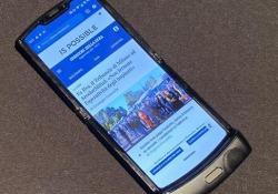 """Com'è il nuovo Motorola Razr: ecco come funziona lo smartphone pieghevole  L'erede del «rasoio» ora è un """"foldable phone"""". Lo abbiamo usato, ecco com'è - Corriere Tv"""