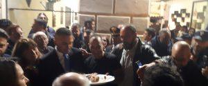 Foto con un vassoio di cannoli siciliani in mano per il ministro degli Esteri Luigi Di Maio