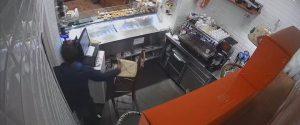 Il furto nellla friggitoria di Natale Giunta ripreso dalle telecamere