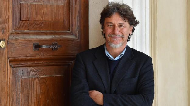 malore, Giorgio Tirabassi, Sicilia, Società