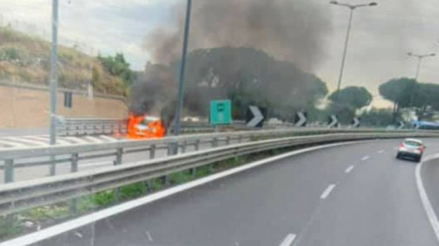 autostrada, incendio, vigili del fuoco, Palermo, Cronaca