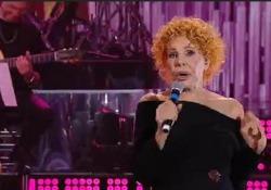 """Ornella Vanoni sbaglia le parole di """"Bocca di rosa"""" perché non vede e sbotta Lo sfogo della cantante durante il programma"""