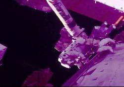 Parmitano, nuova passeggiata nello spazio: sei ore per riparare il rilevatore di raggi cosmici Sempre in compagnia dello statunitense Andrew Morgan, entrambi al lavoro sul cacciatore di antimateria. Le immagini della Nasa - Agenzia Vista/Alexander Jakhnagiev