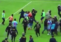 Perù: tifosi e giocatori attaccano l'arbitro Tafferugli in campo dopo il tra Deportivo Garcilaso e Deportivo LLacuabamba - CorriereTV