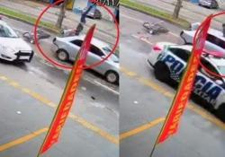 Scappa in moto dalla polizia e dopo un salto mortale finisce sul tetto di un'auto Fortuna nella sfortuna per questo ragazzo che stava fuggendo dalla polizia in Brasile - CorriereTV