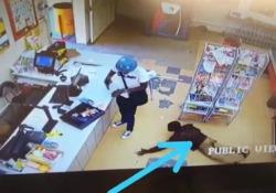Sudafrica, rapina dentro la rapina: il ladro ruba i soldi al «collega» distratto Il video dell'uomo strisciante che raccoglie il denaro caduto al rapinatore armato, che non si accorge di nulla, è diventato virale sul web - Dalla Rete