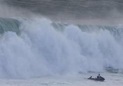Surfista brasiliano salvato dall'onda gigante a Nazaré La moto d'acqua e il surfista inseguiti da un'onda di 16 metri - CorriereTV