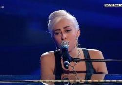 «Tale e Quale Show», Veronica Perseo trionfa (ed emoziona) trasformandosi in Lady Gaga La ventiquattrenne cagliaritana commuove la giuria con una perfetta interpretazione di «Shallow» - Corriere Tv