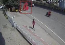 Una macchina precipita dal cavalcavia  e cade sui pedoni L'incredibile incidente a Hyderabad, nell'India Meridionale - CorriereTV