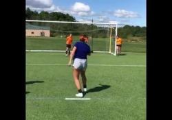 Usa, lo scherzo del «calcio alla cieca» Alcune studentesse americane hanno mostrato lo scherzo a una loro compagna - Dalla Rete