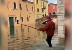 Venezia allagata: il turista a caccia di selfie cade nel canale Il video girato nei giorni scorsi è diventato virale su internet - CorriereTV