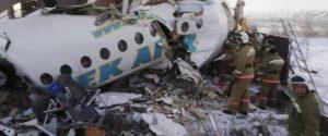 Aereo con 100 a bordo precipita dopo il decollo: tragedia in Kazakistan, ma 88 si salvano