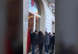Banca Popolare di Bari, un lunedì senza panico agli sportelli La testimonianza  davanti alla Banca  - Corriere Tv