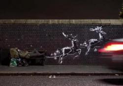 E Banksy trasforma il clochard in Babbo Natale Il famoso street artist inglese, dall'identità sconosciuta, ha postato e commentato il proprio video girato a Birmingham  - Corriere Tv