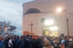 """Siracusa, rabbia e lacrime ai funerali di Benny e Loris: """"Date un senso alla vita"""""""