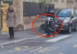 Genova: il cinghiale segue il vigile sulle strisce ma il finale non è lieto Il filmato pubblicato sui social mostra un agente della polizia locale che accompagna un cinghiale sulle strisce pedonali - CorriereTV