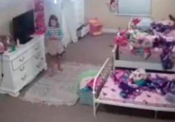 Gli hacker entrano nella cameretta della bimba: Babbo Natale è nella videocamera Il caso della bimba americana molestata tramite un dispositivo Ring, il dispositivo di Amazon - CorriereTV