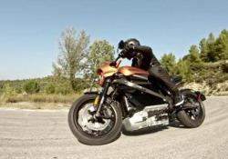 Harley-Davidson: l'elettrica LiveWire Niente rombo, ma un fruscio simile a un sibilo. Cambia tutto, perché al posto del motore tradizionale c'è un (poderoso) pacco batterie. Ma il suono è ancora di quelli che prendono, coinvolgono, emozionano. Come la guida: precisa, equilibrata,  veloce...