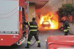 Furgone, auto e un camper incendiati a Caltanissetta