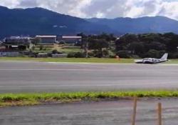 L'aeroplano atterra senza carrello Il pilota di un piccolo aereo costretto ad una manovra d'emergenza in Costa Rica - CorriereTV