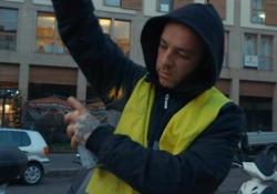 Salmo travestito da «attacchino» a Milano per lanciare «Playlist Live»  Nella clip il rapper nei panni dell'addetto alla «pubblicità orizzontale», gira con bomboletta e stencil per promuovere l'album - Corriere Tv